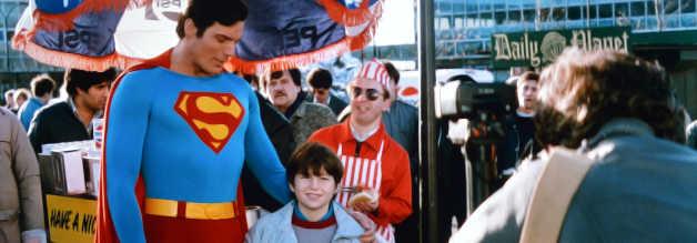 War Superman in früheren Filmen eher ungeübt im Umgang mit den Medien, weiß er sich in Die Welt am Abgrund durchaus zu inszenieren.