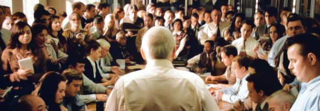 Perry White (Frank Langella) versammelt die gesamte Belegschaft; Superman is back in town. Entsprechend wirft er kurzerhand die Blattplanung um.