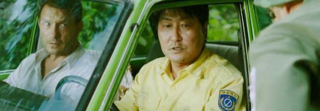 Kim (Song Kong-ho) hat keine Ahnung, wo er da eigentlich reingeraten ist. Das ahnt auch Beifahrer Peter (Thomas Kretschmann). Aber sein Fahrer schaltet blitzschnell, wenn es darauf ankommt.