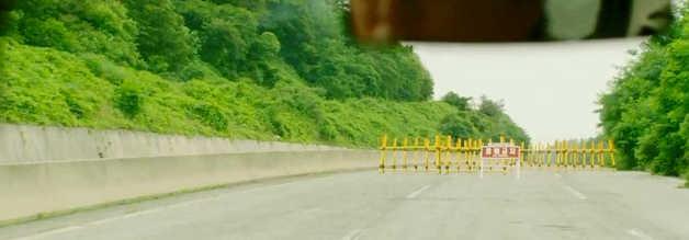 Das Ende einer Taxifahrt? Gwangju ist abgeriegelt, Fahrer Kim möchte am liebsten umdrehen. Doch dann würde der Deal mit Reporter Peter platzen.