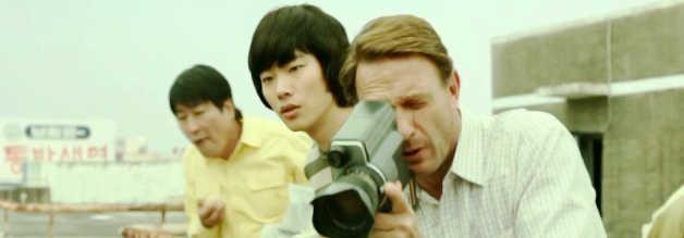 Von erhöhter Position aus werden Fahrer Kim, Student und Teilzeit-Dolmetscher Gu Jae-sik und Reporter Peter erstmals Zeugen der gewaltsamen Exzesse.