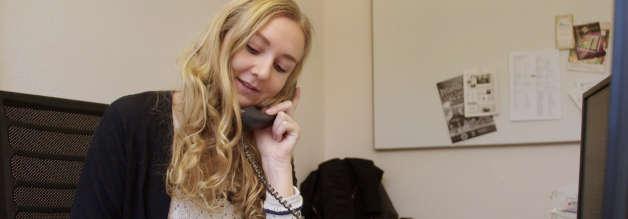 Gefragte Gesprächspartnerin: Anna Petersen verrichtet Telefondienst in der Redaktion ihrer Stammredaktion bei der Landeszeitung Lüneburg. Als Digital Native denkt sie crossmedial. Die Telefonsprechstunde wurde jedoch ganz klassisch in der Printausgabe angekündigt.