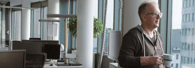 Abwarten und Kaffeetrinken. Werner Hülsmann von den Osnabrücker Nachrichten steht kurz vor dem Ruhestand. Er sei zwar nicht immer zur richtigen Zeit am richtigen Ort gewesen. Dass er sich aber in einem Jahr aus dem Arbeitsleben verabschiedet, sei aber ausnahmsweise gutes Timing, sagt er.
