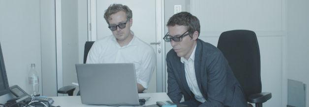Die Journalisten Frederik Obermaier und Bastian Obermayer schauen sich keinen 3D-Film an, sondern Auszüge aus dem Strache-Video. Der ursprüngliche Clip des Whistleblowers war mit einem Kopier- bzw. Abfilmschutz versehen, deswegen die schicken Brillen.
